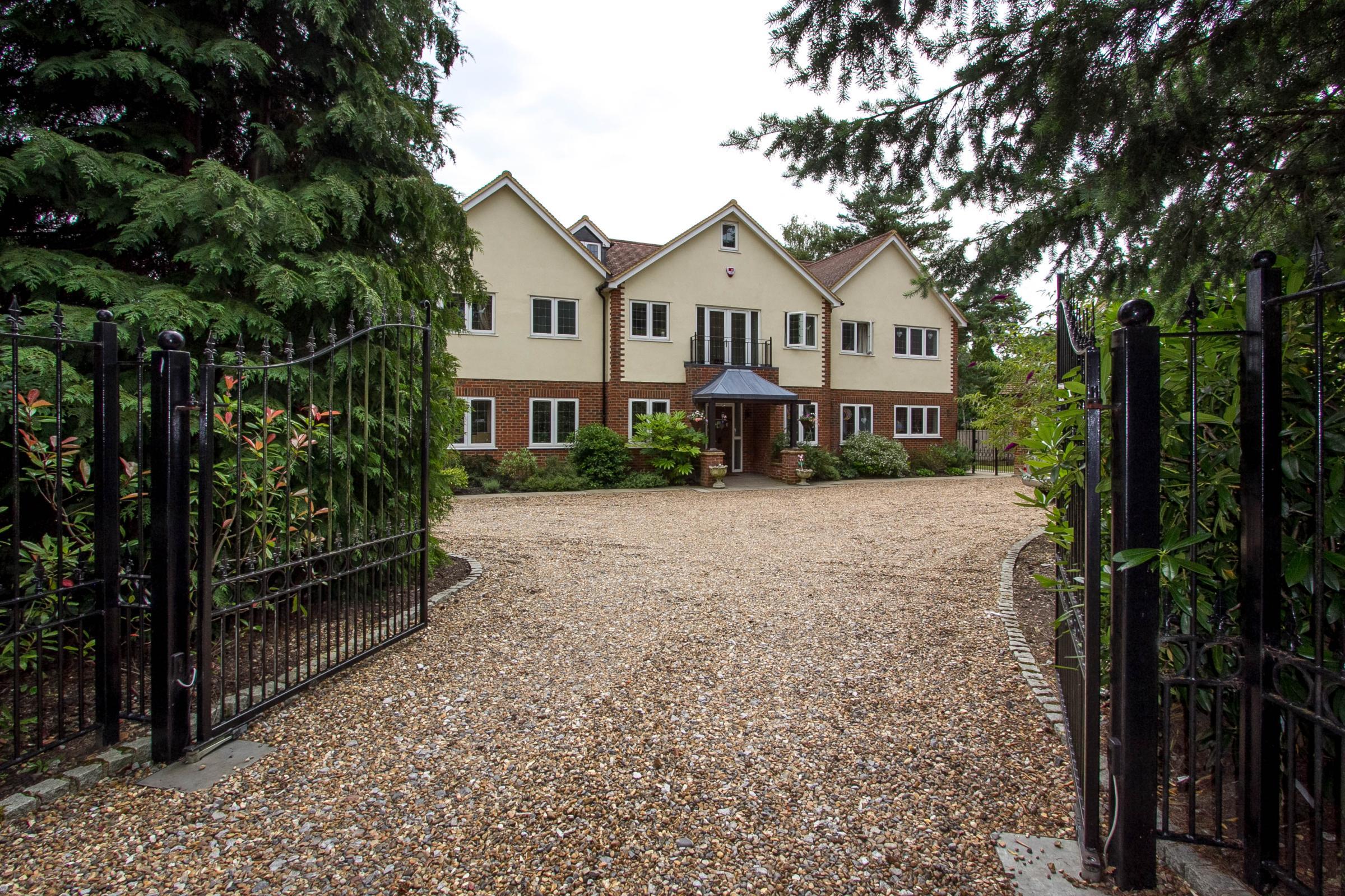 6 Bedrooms Detached House for sale in Woodham Lane, Woodham, Surrey, GU21