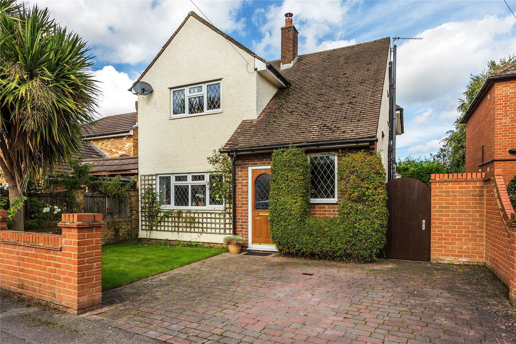 3 Bedrooms House for sale in Grove Road, Chertsey, Surrey, KT16