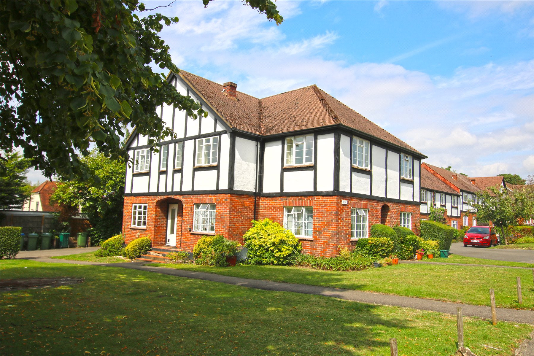 2 Bedrooms Apartment Flat for sale in Arlington Lodge, Monument Hill, Weybridge, Surrey, KT13