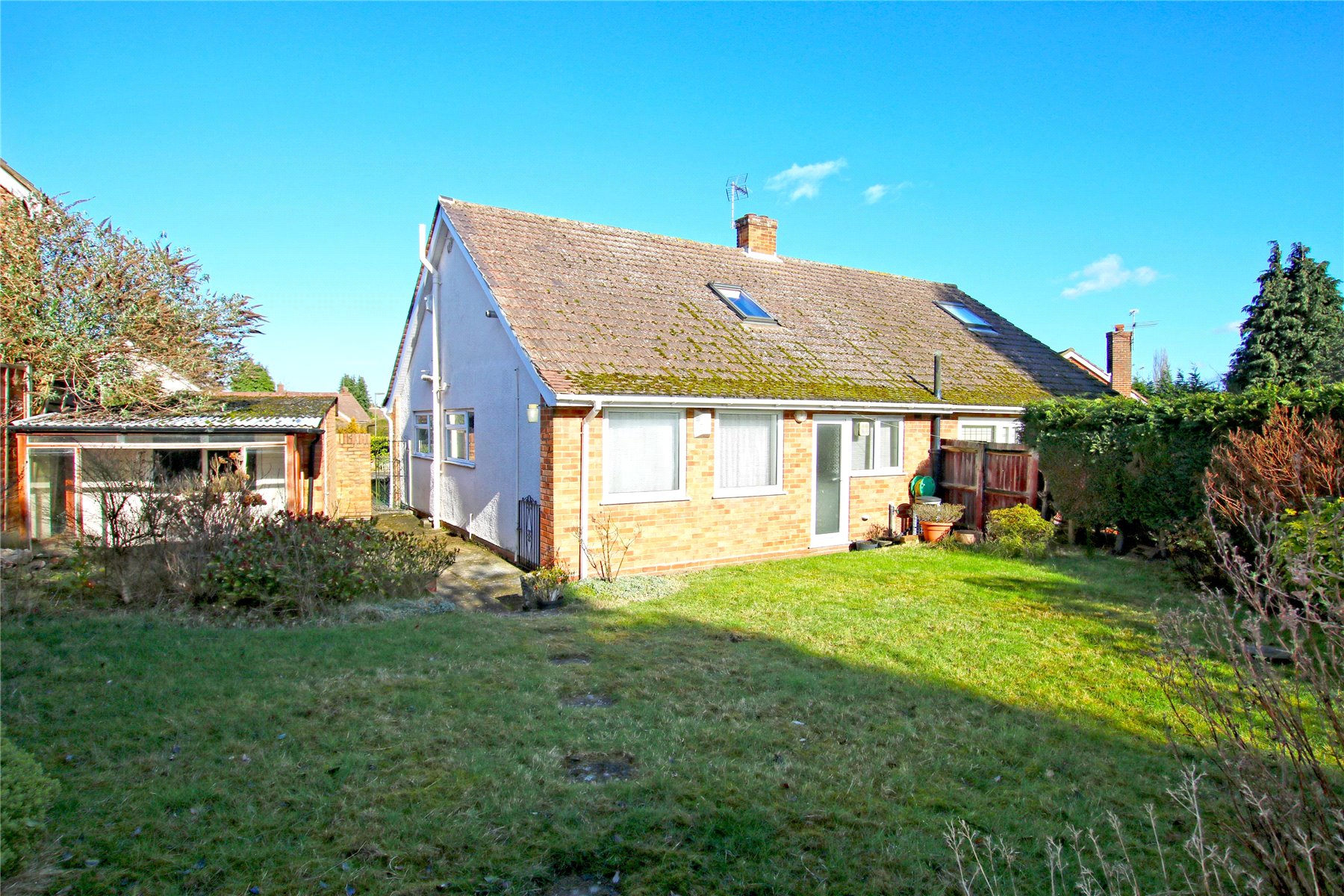 3 Bedrooms Semi Detached House for sale in Boltons Close, Pyrford, Surrey, GU22