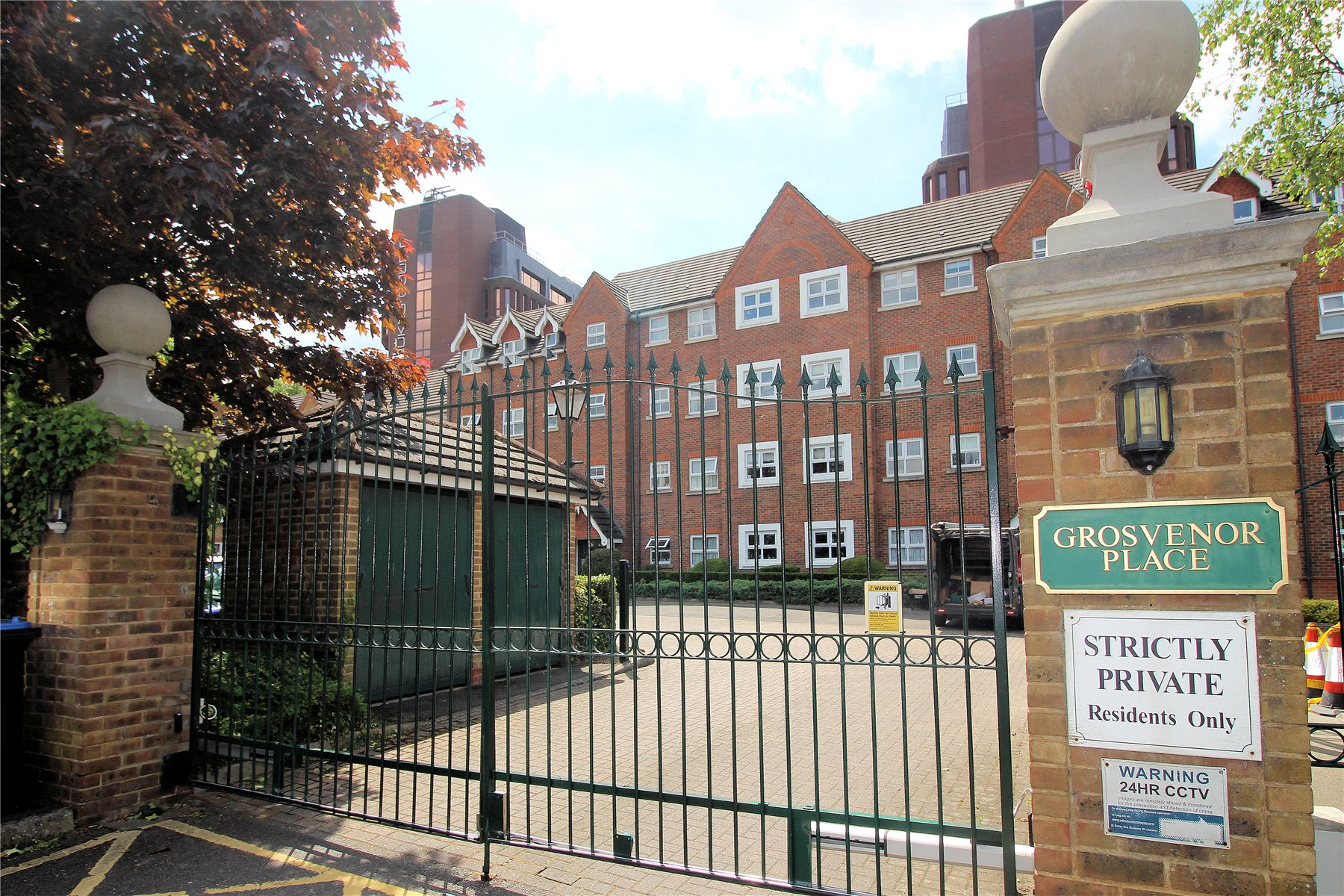 2 Bedrooms Apartment Flat for sale in Grosvenor Place, Burleigh Gardens, Woking, Surrey, GU21