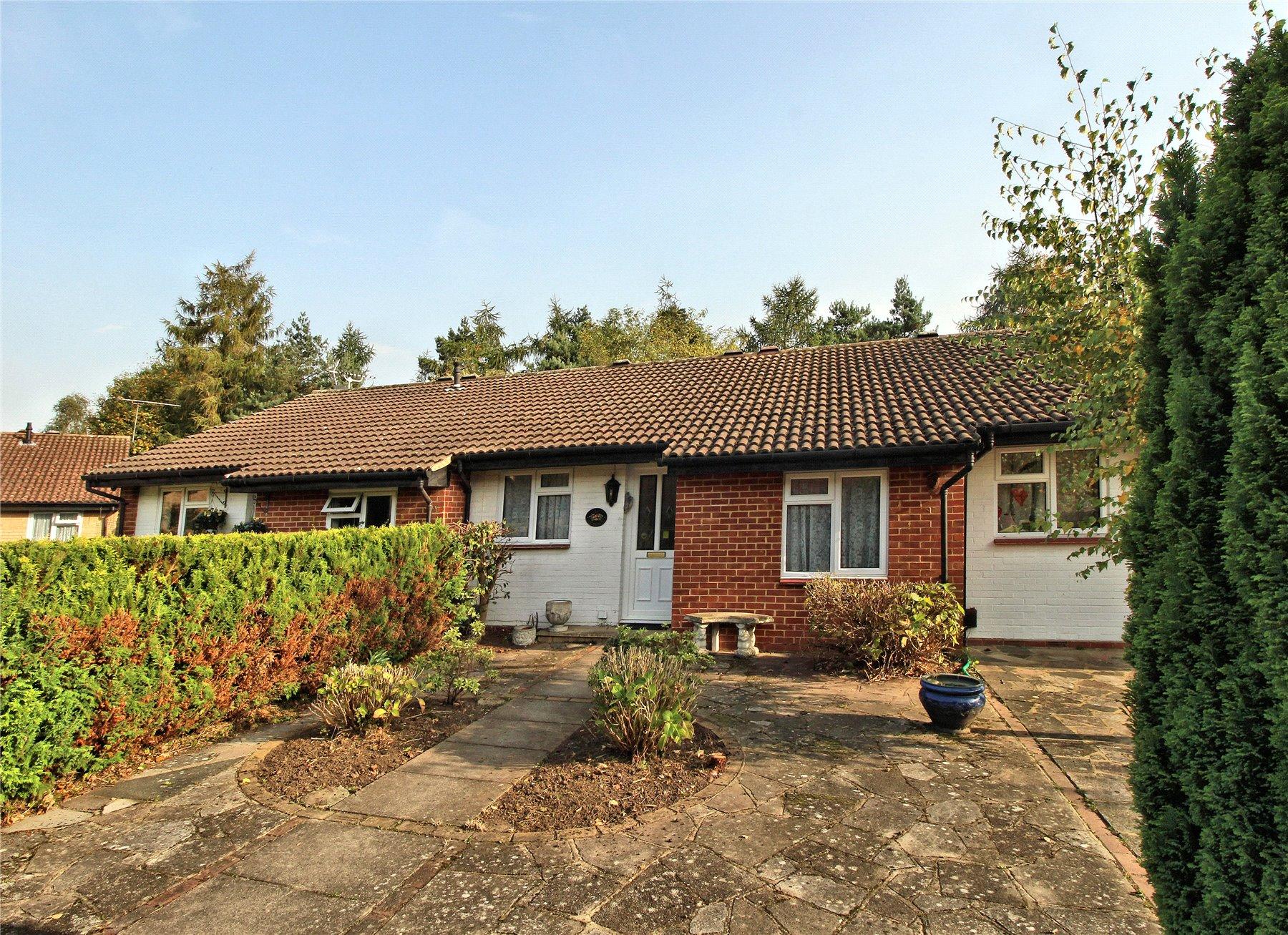2 Bedrooms Terraced Bungalow for sale in Watermead, Woking, Surrey, GU21