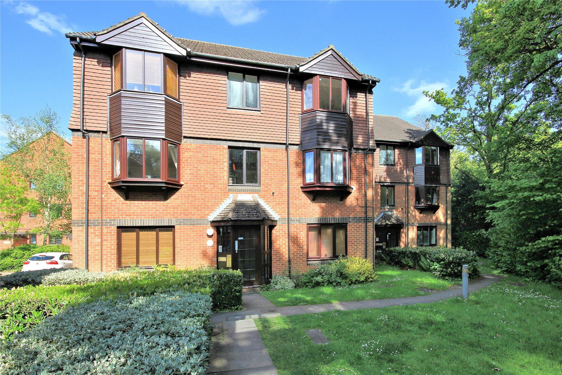 2 Bedrooms Apartment Flat for sale in Foxhills, Woking, Surrey, GU21