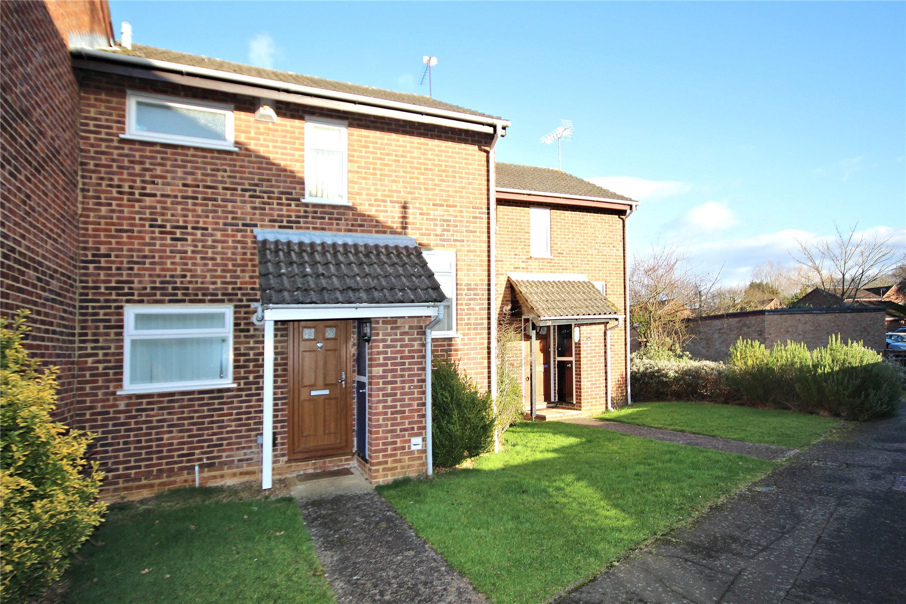 2 Bedrooms Terraced House for sale in Eastmead, Woking, Surrey, GU21