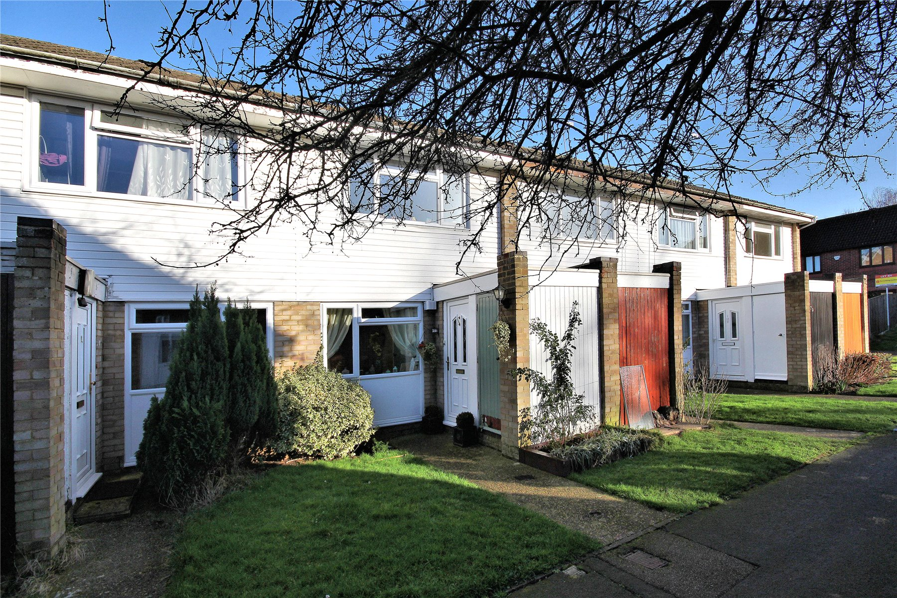 2 Bedrooms Terraced House for sale in Oakfield, Woking, Surrey, GU21