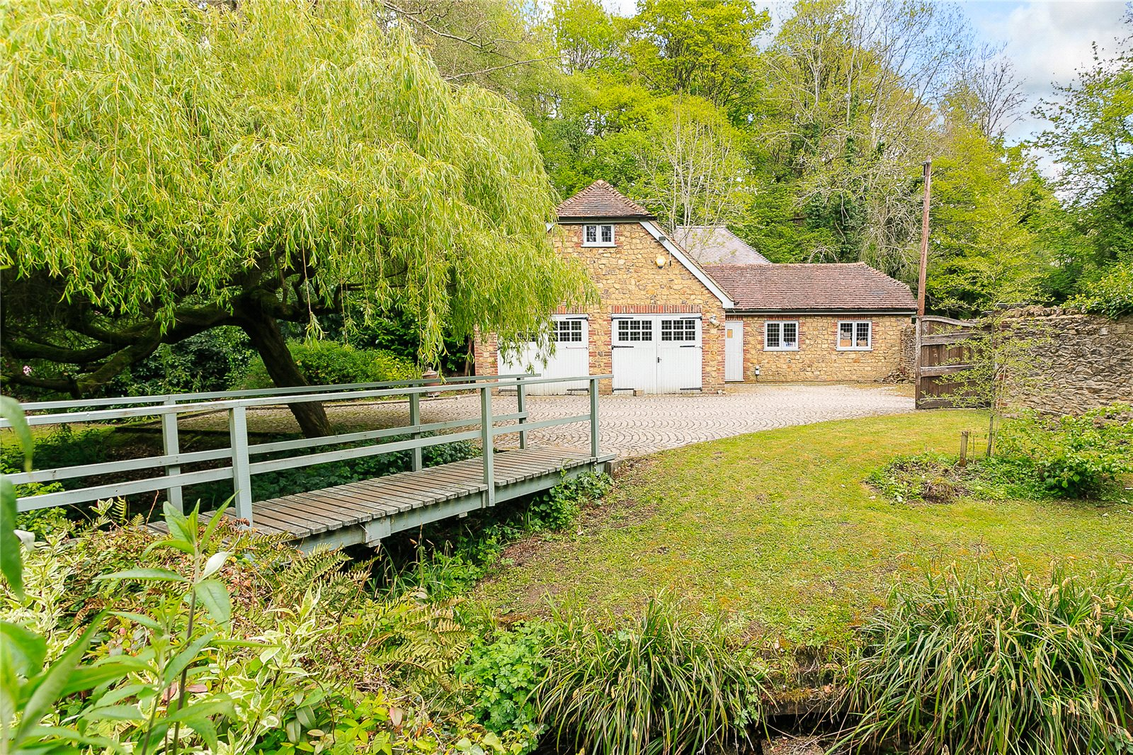 Additional photo for property listing at Churt Road, Churt, Farnham, Surrey, GU10 Farnham, Ingiltere