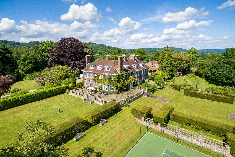 Appartamenti per Vendita alle ore Wykehurst Lane, Ewhurst, Cranleigh, Surrey, GU6 Cranleigh, Inghilterra