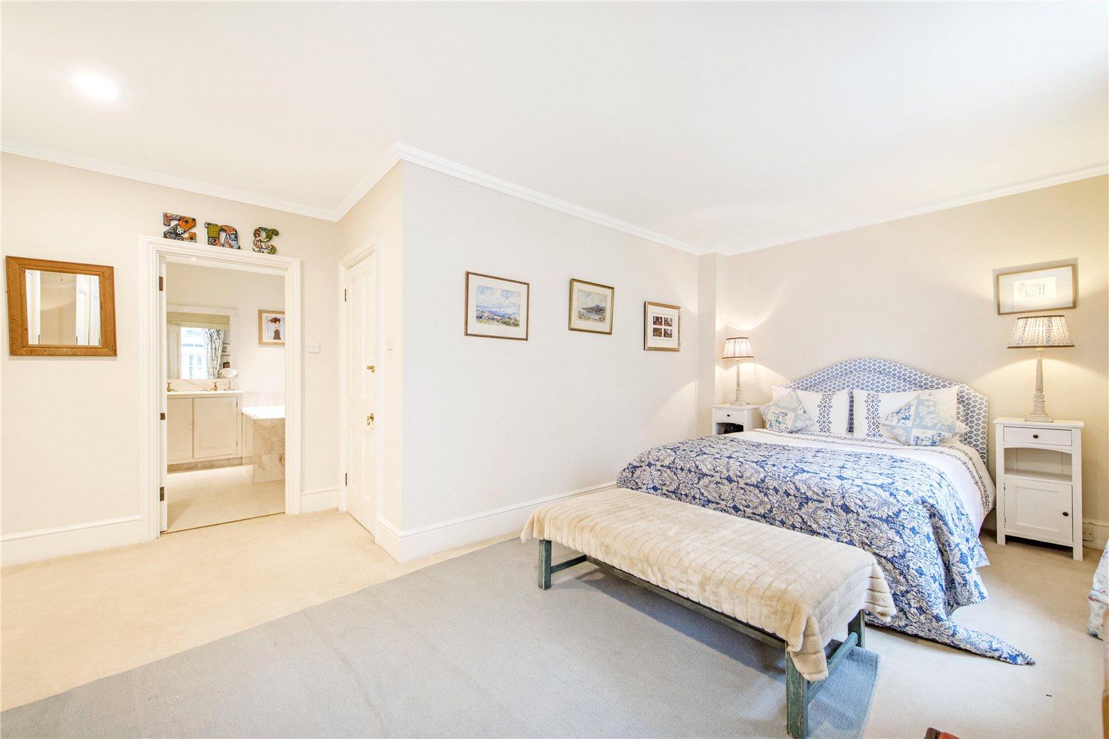 Casa para uma família para Locação às Clover Mews, London, SW3 London, Inglaterra