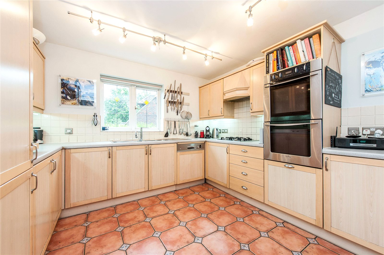Additional photo for property listing at Springfield, Lightwater, Surrey, GU18 Lightwater, England