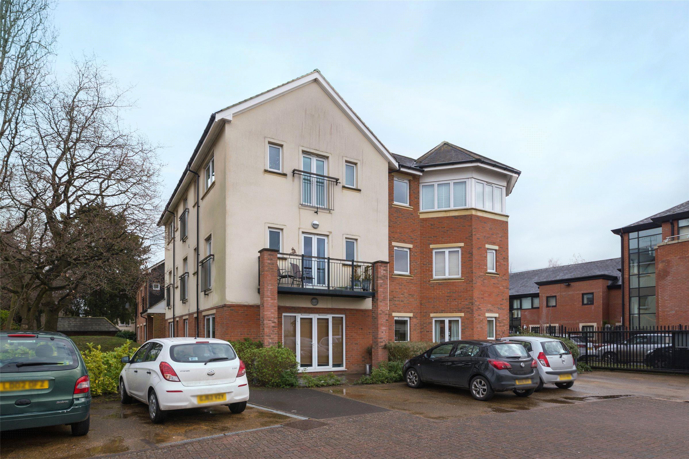 2 Bedrooms Flat for sale in Defoe Court, Reigate Road, Dorking, Surrey, RH4