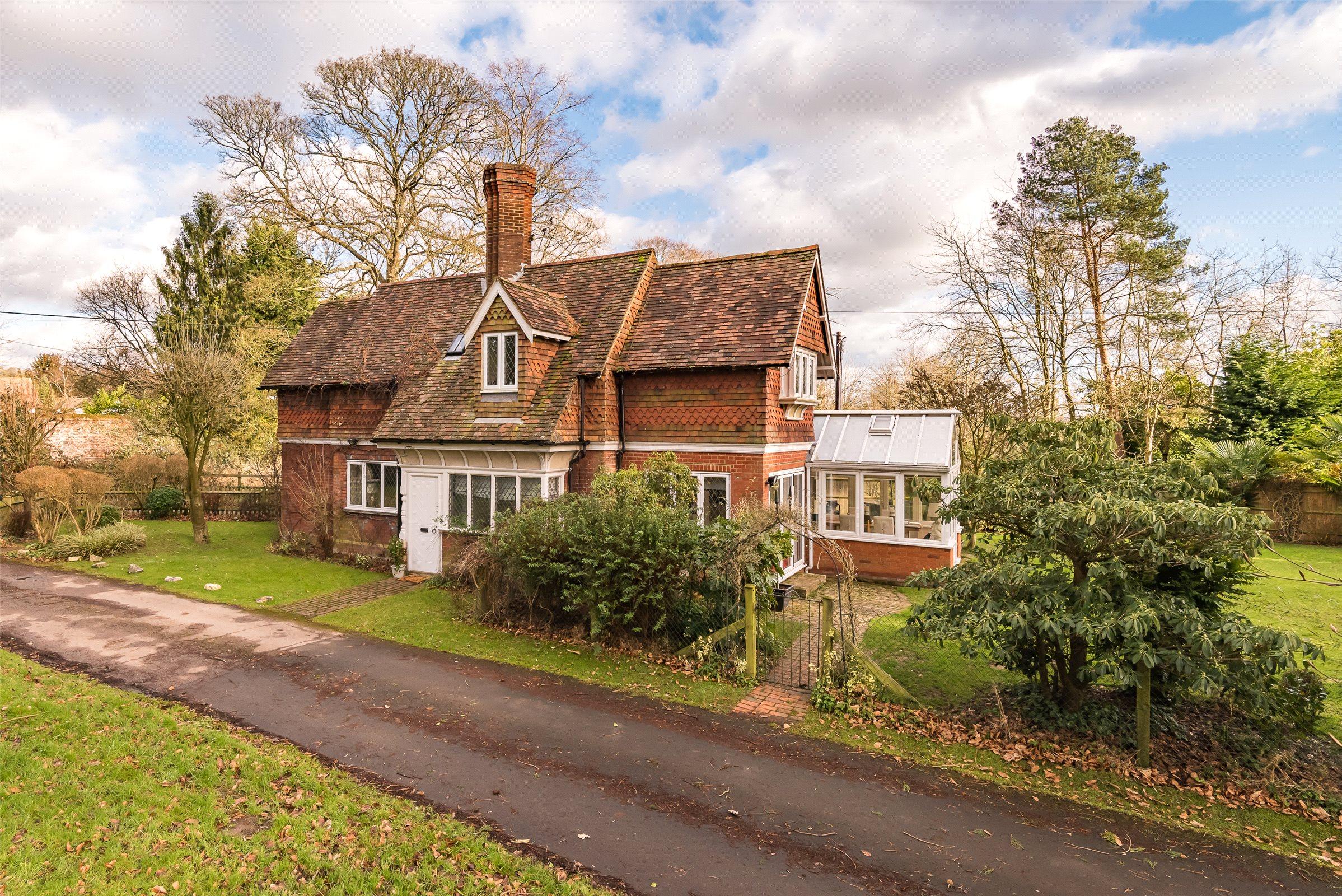 3 Bedrooms Detached House for sale in Dungates Lane, Buckland, Betchworth, Surrey, RH3