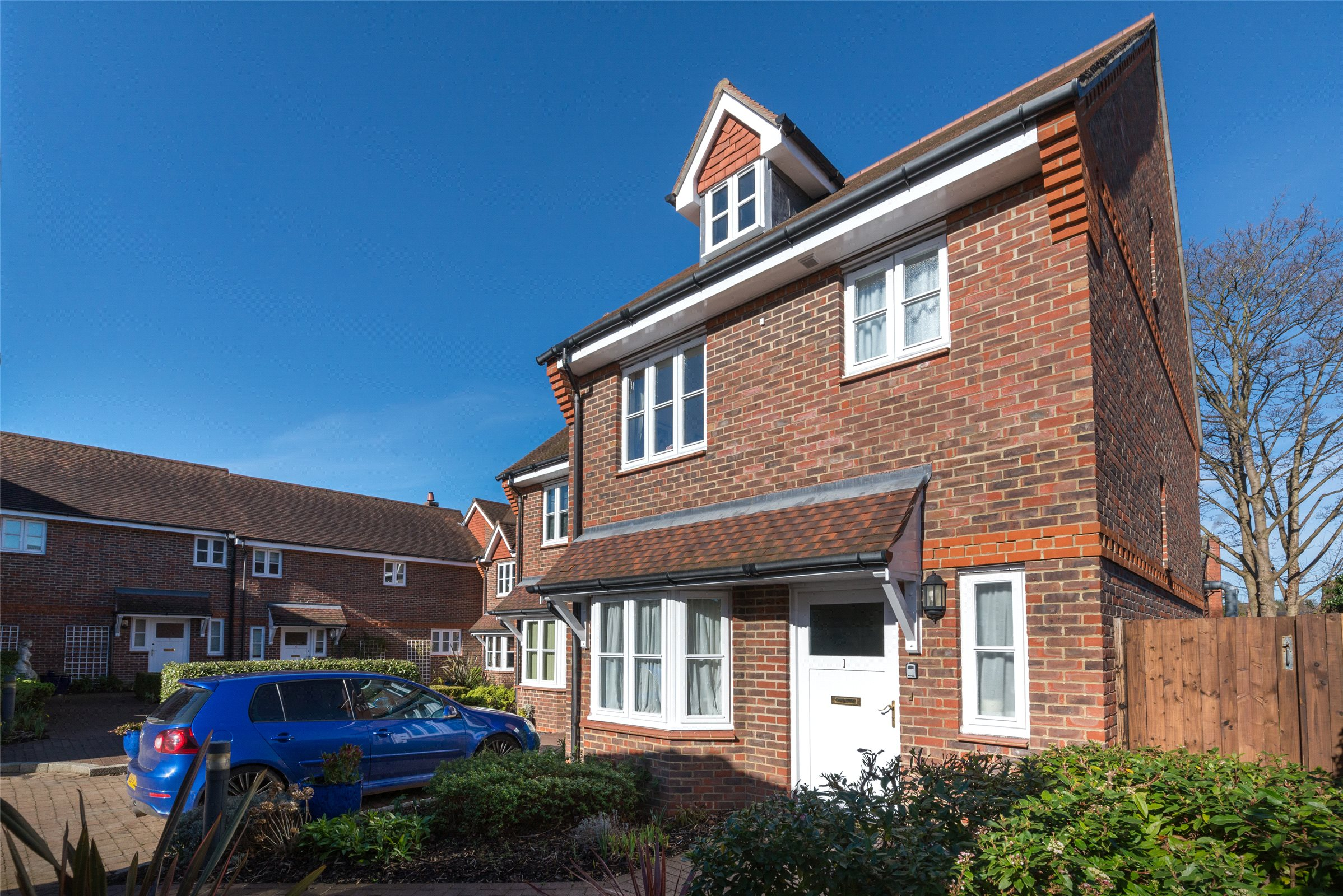 3 Bedrooms Semi Detached House for sale in Westfield Gardens, Dorking, Surrey, RH4