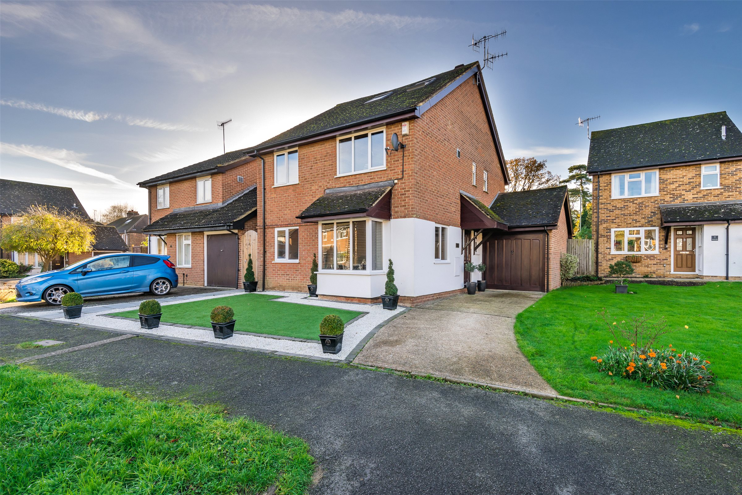 5 Bedrooms Detached House for sale in Chatelet Close, Horley, Surrey, RH6