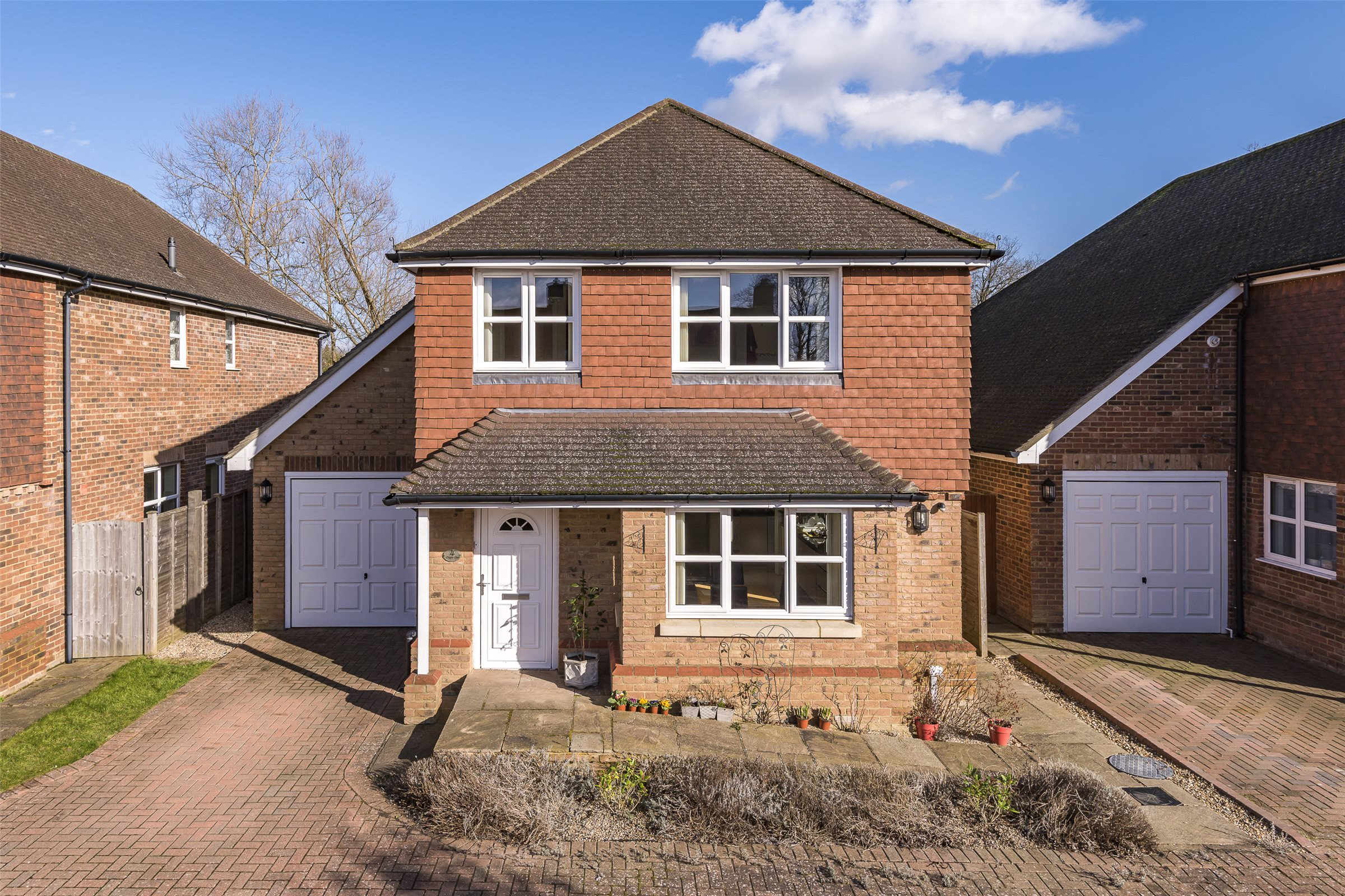 4 Bedrooms Detached House for sale in Napier Close, Salfords, Surrey, RH1
