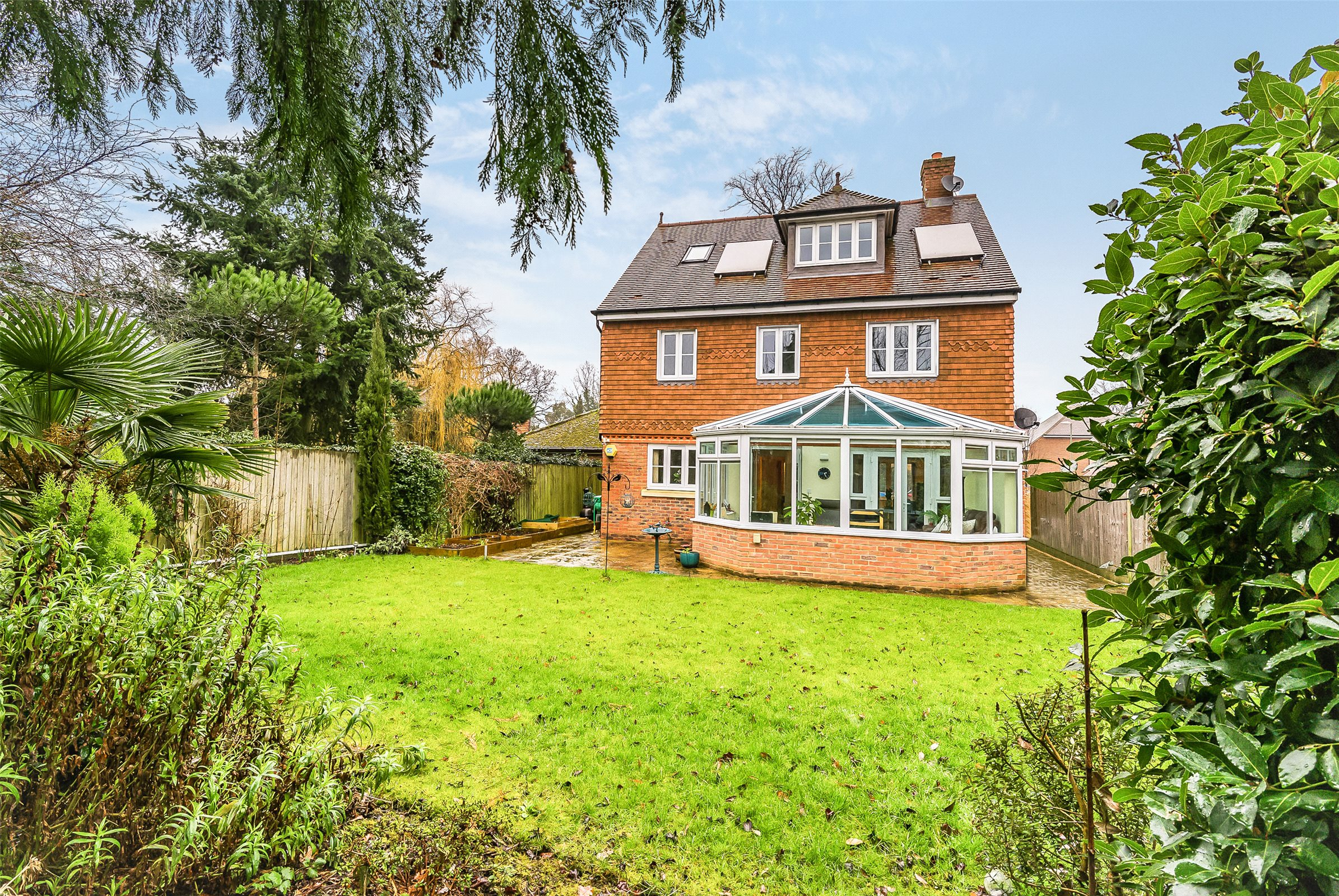 5 Bedrooms Detached House for sale in Millfield Close, Horley, Surrey, RH6