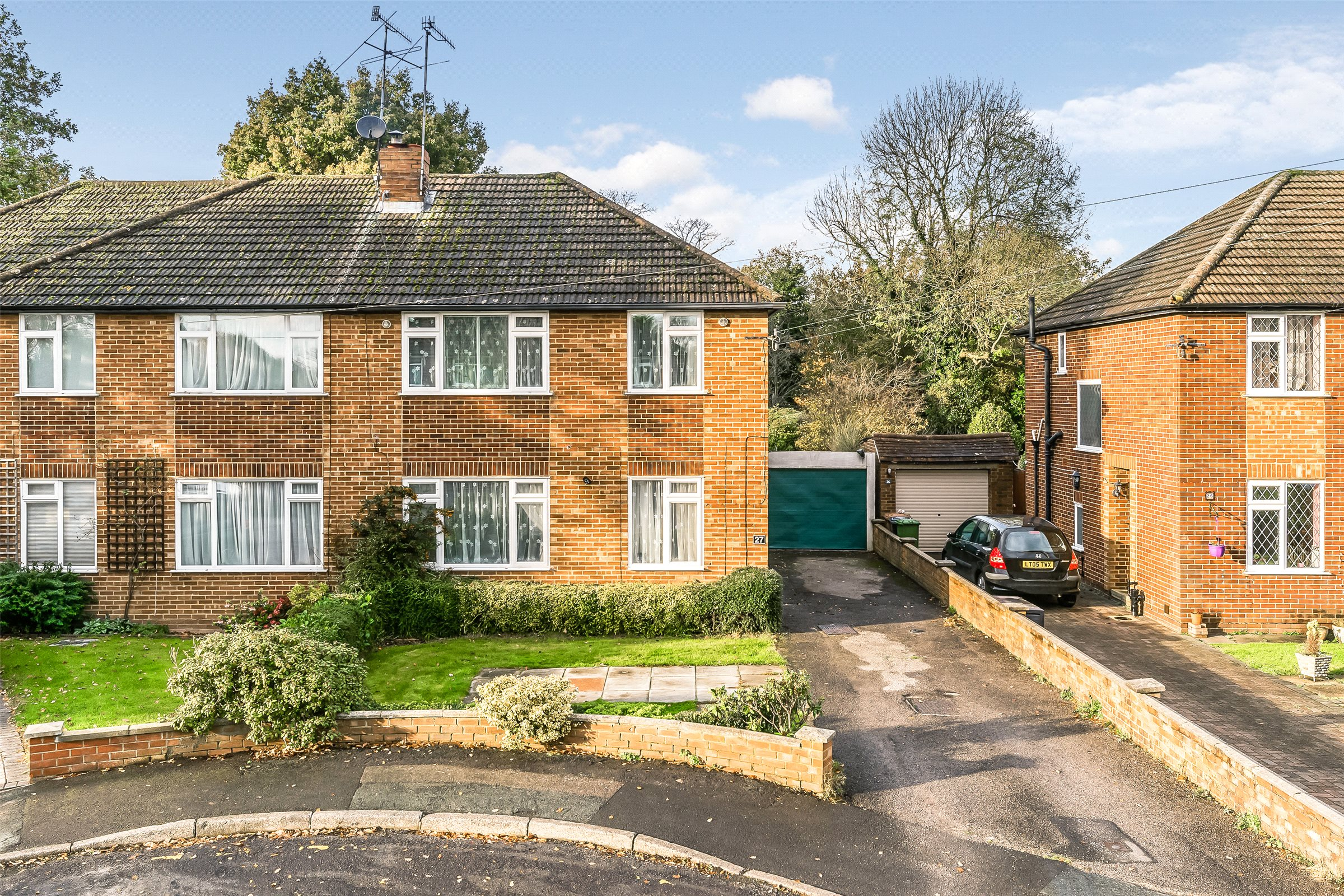 3 Bedrooms Semi Detached House for sale in Lechford Road, Horley, Surrey, RH6