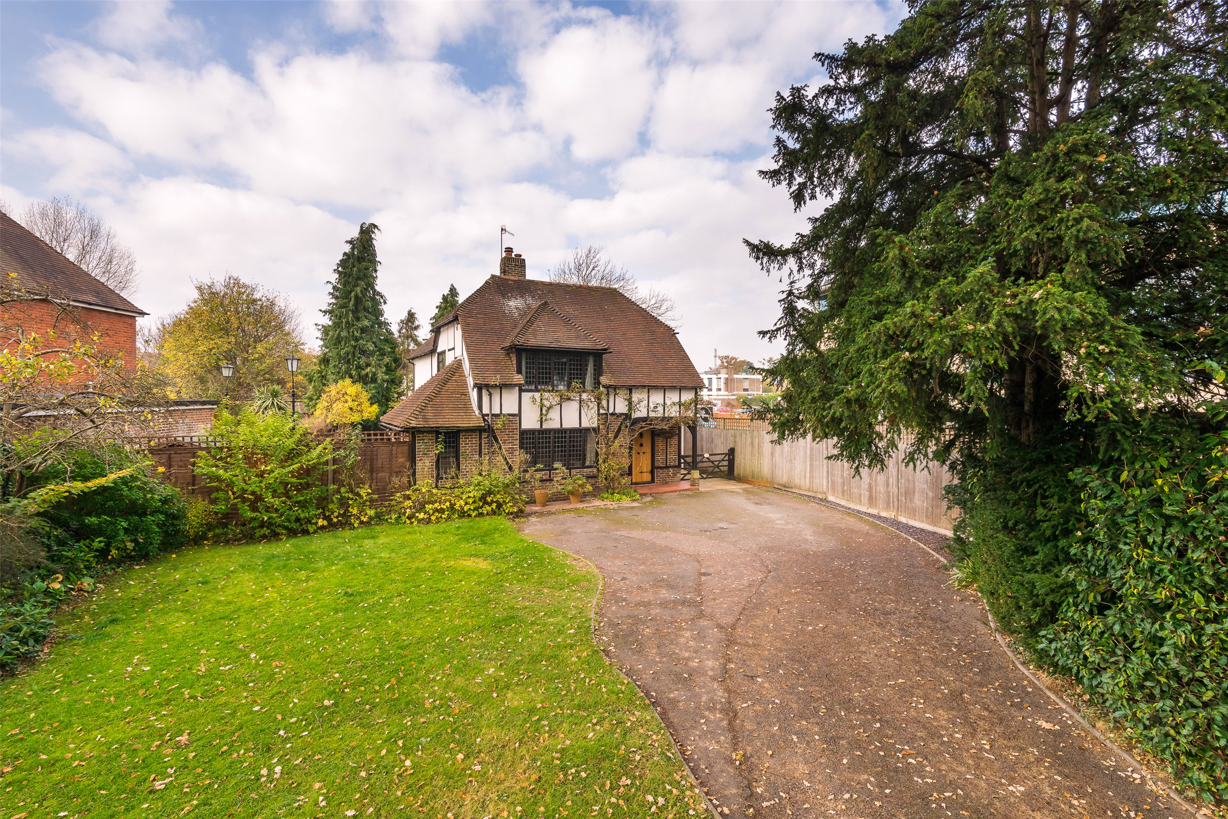 4 Bedrooms Detached House for sale in Massetts Road, Horley, Surrey, RH6