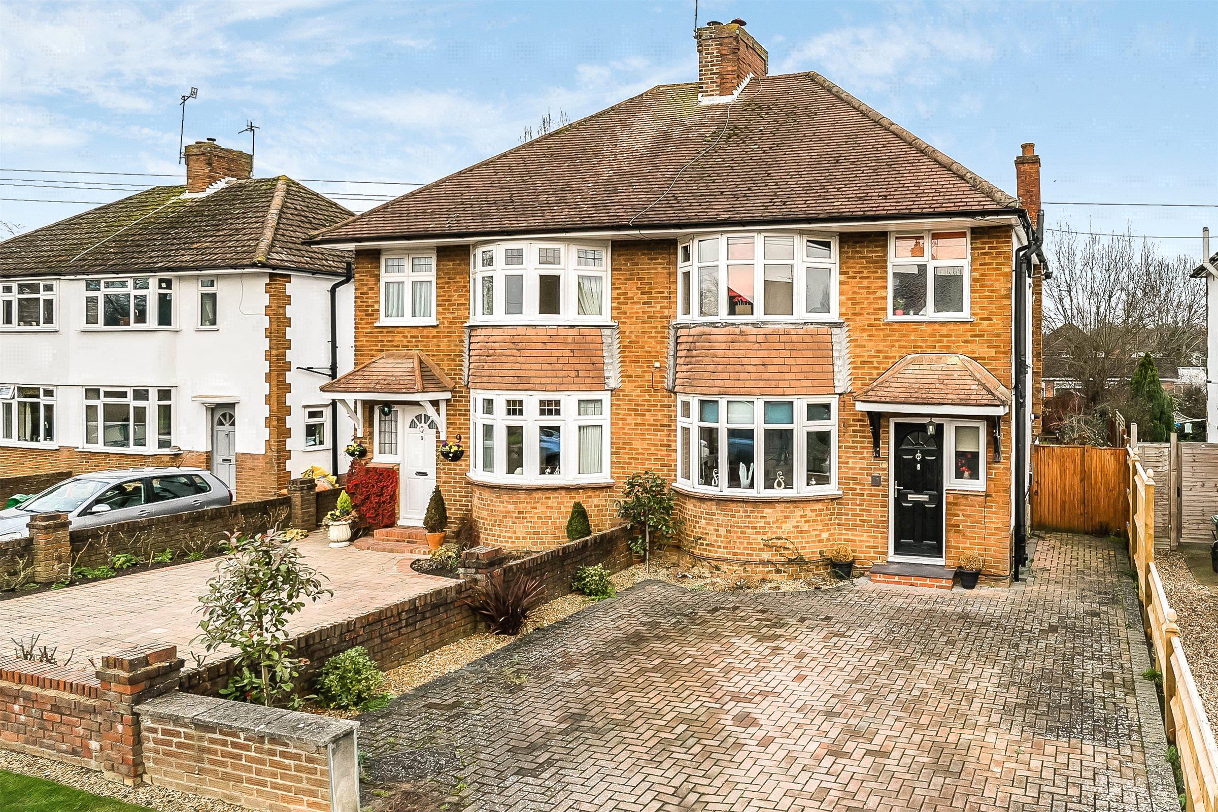 3 Bedrooms Semi Detached House for sale in Parkway, Horley, Surrey, RH6