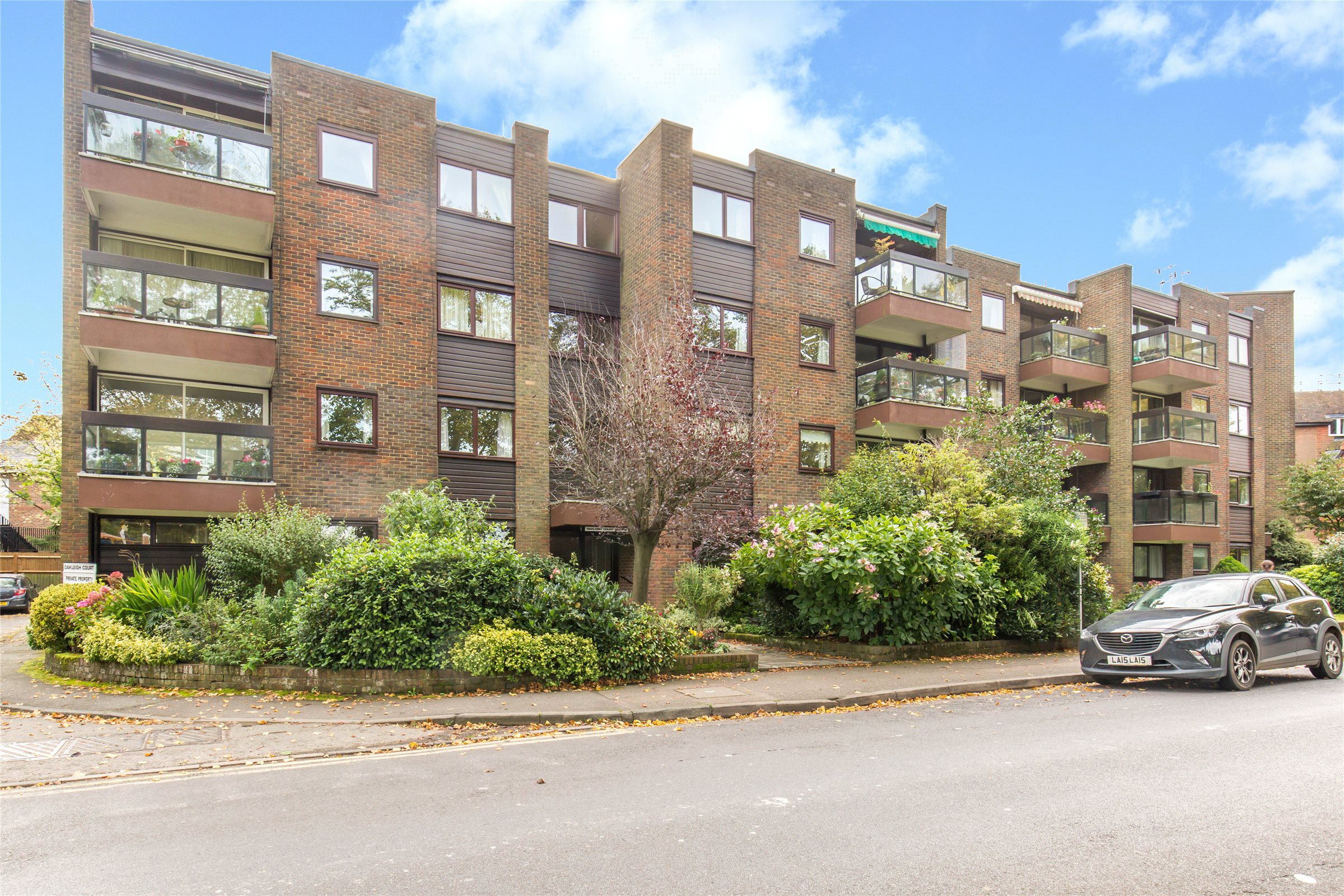 2 Bedrooms Flat for sale in Oakleigh Court, Church Lane, Oxted, Surrey, RH8