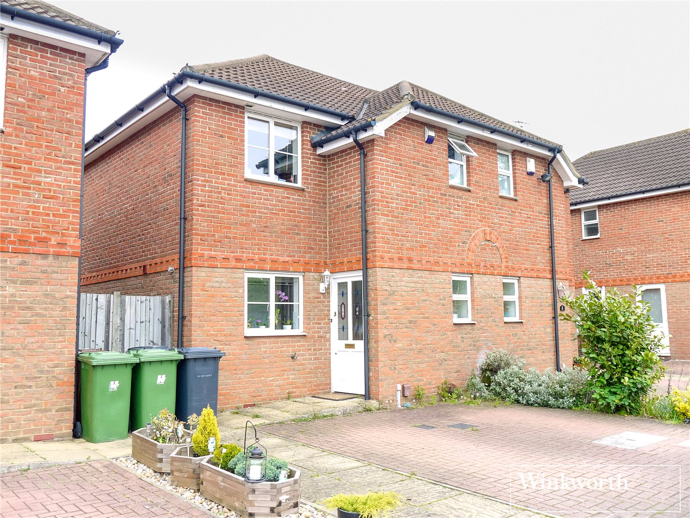 3 Bedrooms Semi Detached House for rent in Beechfield Close, Borehamwood, Herts, WD6