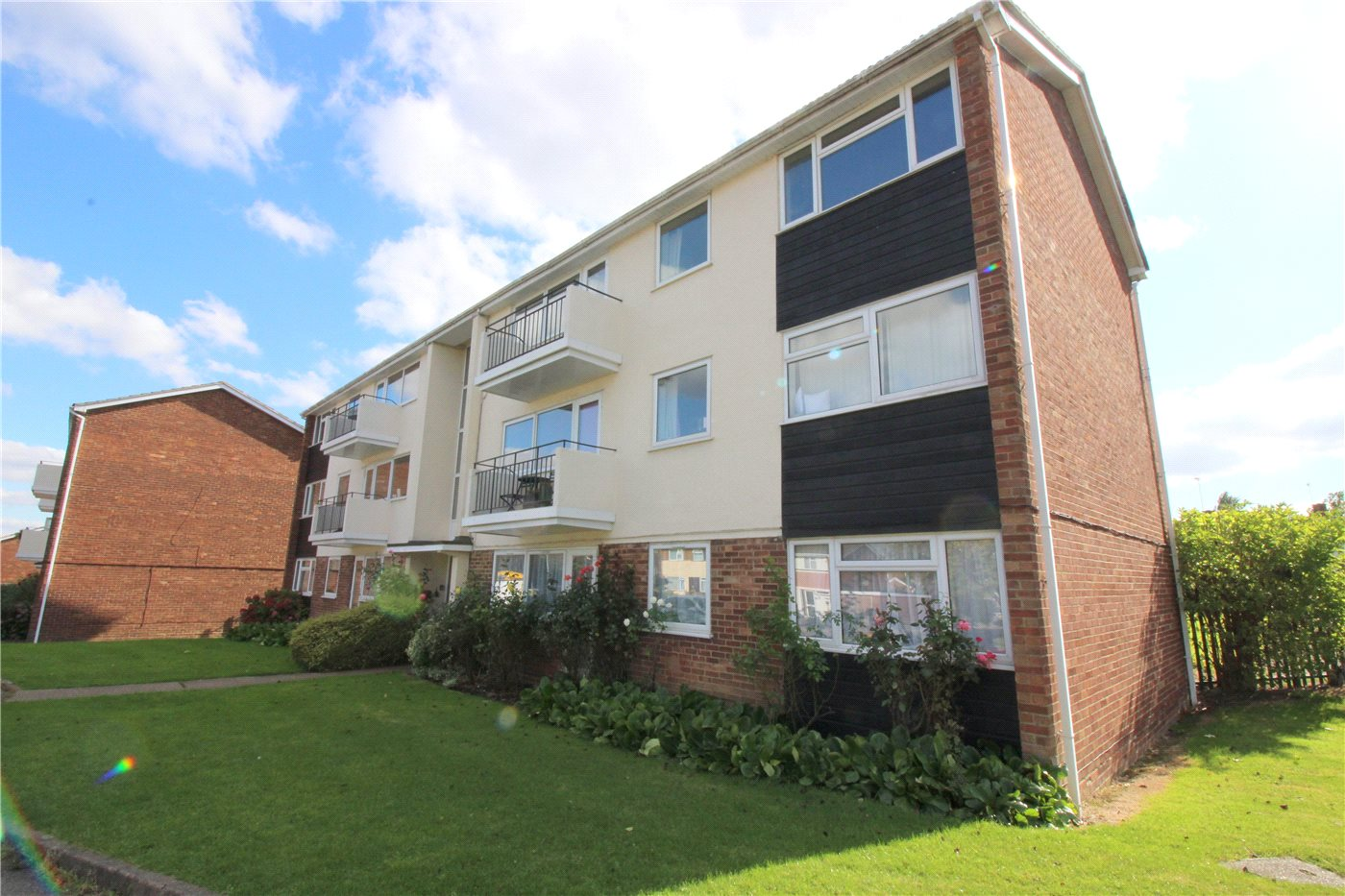 3 Bedrooms Flat for sale in Stratfield Road, Borehamwood, Hertfordshire, WD6